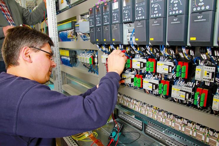 دوره آموزش برق صنعتی